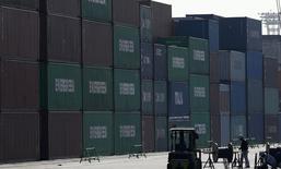 Las exportaciones anuales de Japón registraron en enero su mayor avance desde finales de 2013, en una alentadora señal de que la debilidad del yen finalmente está impulsando el motor de importaciones del país y ayudando a la economía a salir de una recesión. En la imagen, un trabajador junto a una zona de contenedores en el puerto de Tokio, el 19 de febrero de 2015. REUTERS/Toru Hanai