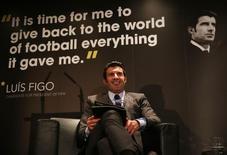 Luís Figo durante sua campanha para presidente da Fifa, no estádio Wembley.  19/02/2015  Action Images via Reuters / Alex Morton