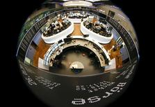 Les principales Bourses européennes progressent jeudi à la mi-séance après l'engagement pris par la Grèce de rembourser ses créanciers et de ne pas revenir sur ses objectifs budgétaires afin d'obtenir une prolongation de l'aide qui lui est accordée. À Paris, le CAC 40 gagnait 0,69% vers 13h00. À Francfort, le Dax avançait de 0,34% et à Londres, le FTSE de 0,02%. /Photo prise le 26 janvier 2015/REUTERS/Kai Pfaffenbach