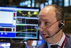 Трейдер на фондовой бирже в Нью-Йорке. 11 февраля 2015 года. Американский фондовый индекс Nasdaq в четверг поднялся седьмой день подряд за счет акций Priceline, а Dow Jones и S&P 500 снизились из-за нефтяных компаний и Wal-Mart. REUTERS/Lucas Jackson