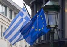 Bandeiras da Grécia e da União Europeia na embaixada grega em Bruxelas. 19/02/2015 REUTERS/Yves Herman