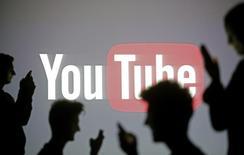 Pessoas em frente ao logo do Youtube, em Zenica, na Bósnia-Herzegóvina. 19/10/2014   REUTERS/Dado Ruvic