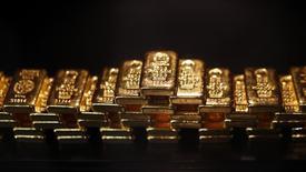 Золотые слитки в хранилище ProAurum в Мюнхене. 6 марта 2014 года. Цены на золото снизятся четвертую неделю подряд, так как инвесторы рассчитывают, что Греции в последний момент удастся договориться о продолжении программы кредитования. REUTERS/Michael Dalder