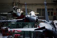 Ligne d'assemblage du Rafale dans l'usine Dassault Aviation à Mérignac. Les Emirats arabes unis discutent toujours avec BAE Systems et Dassault Aviation en vue du possible achat d'avions de chasse. /Photo d'archives/REUTERS/Benoît Tessier