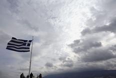Una bandera griega en la Acrópolis de Atenas, feb 22 2015. Grecia entregará el martes en la mañana una lista de reformas al grupo de ministros de Finanzas de la zona euro, dijo el lunes un funcionario del Gobierno griego. REUTERS/Kostas Tsironis