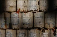Нефтяные бочки на станции метро Instituto Mexicano del Petroleo в Мехико 15 февраля 2015 года. Цены на нефть растут после сообщения о прекращении добычи на крупнейшем месторождении Ливии. REUTERS/Tomas Bravo
