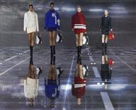 Modelos vestindo as criações da coleção outono/inverno de Anya Hindmarch na Semana de Moda de Londres. 24/02/2015  REUTERS/Suzanne Plunkett