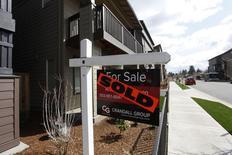 Una vivienda vendida en la zona suroeste de Portland, EEUU, mar 20 2014. Los precios de las casas en Estados Unidos subieron nuevamente en diciembre y la actividad de servicios se expandió en febrero a su ritmo más veloz desde octubre, pero una medición de la confianza de los consumidores cayó, según informes publicados el martes.   REUTERS/Steve Dipaola