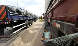 Caminhoneiro dorme numa rede durante protesto na BR-381, em Betim. 24/02/2015 REUTERS/Washington Alves