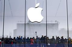 Una tienda de Apple en Hangzhou, China, ene 24 2015. Apple Inc fue condenada a pagar 532,9 millones de dólares después de que un juzgado federal de Texas dictaminó que su software iTunes infringió tres patentes de la firma Smartflash LLC. REUTERS/Stringer IMAGEN SOLO PARA USO EDITORIAL