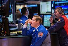Трейдеры на фондовой бирже в Нью-Йорке. 25 февраля 2015 года. Американский фондовый индекс Dow Jones в среду вновь завершил торги на рекордной отметке, S&P 500 снизился, и Nasdaq прервал 10-дневный рост за счет фиксации прибыли в акциях Apple. REUTERS/Lucas Jackson