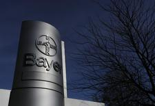 Bayer, premier laboratoire allemand, anticipe une croissance de son bénéfice brut de plus de 10% cette année grâce à de nouveaux produits comme le Xarelto, un médicament de prévention des crises cardiaques. /Photo prise le 24 février 2015/REUTERS/Ina Fassbender