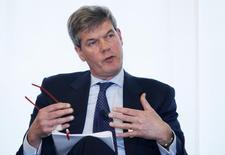 Le groupe néerlandais de grande distribution Ahold publie un bénéfice net de 219 millions d'euros au quatrième trimestre, légèrement supérieur aux attentes, et annonce un relèvement de son dividende et un nouveau programme de rachats d'actions. /Photo d'archives/REUTERS/François Lenoir