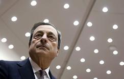 Президент ЕЦБ Марио Драги в Европарламенте в Брюсселе. 25 февраля 2015 года. Опрос, проведенный агентством Fitch, показал, что только 27 процентов инвесторов считают, что программа количественного смягчения (QE), которую вскоре начнет осуществлять Европейский центробанк, подстегнет инфляцию. REUTERS/Francois Lenoir