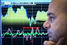 Трейдер на фондовой бирже в Нью-Йорке. 26 февраля 2015 года. Американский фондовый индекс Nasdaq вырос в четверг за счет слияния технологических компаний, а Dow и S&P 500 снизились под давлением нефтяных компаний. REUTERS/Brendan McDermid