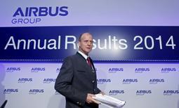Le président exécutif d'Airbus Group Tom Enders en conférence de presse à Munich pour présenter les résultats annuels du groupe. Le groupe européen d'aérospatiale et de défense va augmenter sa production d'A320 à 50 avions par mois dès 2017, tout en ramenant celle de l'A330 à six par mois en 2016 pour accompagner la transition des deux appareils vers leur nouvelle génération. /Photo prise le 27 février 2015/REUTERS/Michaela Rehle