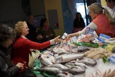 Sur un marché de Séville. Les prix à la consommation en Espagne ont diminué de 1,2% sur un an en février, selon la première estimation de l'inflation aux normes européennes (IPCH) publiée par l'institut national de la statistique INE.  /Photo prise le 26 février 2015/REUTERS/Marcelo del Pozo