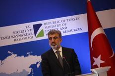 Министр энергетики Турции Танер Йылдыз на пресс-конференции в Стамбуле. Турция заключила сделку с Газпромом, который согласился снизить цену для Анкары на 10,25 процента, сказал в пятницу Танер Йылдыз. REUTERS/Murad Sezer