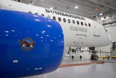 Bombardier a lancé un vol d'essai de son avion de ligne CS300 vendredi, la version plus grande de ses nouveaux appareils CSeries à fuselage étroit, une étape clé de ce programme qui a subi de nombreux retards. /Photo prise le 27 février 2015/REUTERS/Christinne Muschi