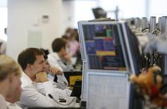 Брокеры в трейдинговой комнате инвестбанка Ренессанс Капитал. Москва, 15 сентября 2009 года. Российские фондовые индексы пытаются подняться в начале первых весенних торгов, а наиболее впечатляющие результаты показывают пока акции с невысокой ликвидностью. REUTERS/Denis Sinyakov