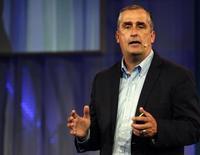 Le PDG d'Intel, Brian Kraznich, au Mobile World Congress à Barcelone. Le fabricant de semi-conducteurs et . l'équipementier pour réseaux télécoms Ericsson ont conclu un partenariat pour construire des centres de données destinés aux opérateurs, se plaçant encore davantage comme des concurrents de Google, Facebook et Amazon./Photo prise le 2 mars 2015/REUTERS/Gustau Nacarino