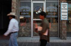 Unas personas caminan afuera de una casa de cambios en Ixmiquilpan, México, abr 24 2012. Las remesas a México, una de las principales fuentes de divisas del país, bajaron un 0.7 por ciento interanual en enero, mostraron el lunes cifras del Banco de México (central).  REUTERS/Tomas Bravo