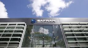 L'Etat a engagé la cession de 3,96% du capital du groupe Safran avec la possibilité de porter ce pourcentage à 4,55%, annoncent Michel Sapin, ministre des Finances, et Emmanuel Macron, ministre de l'Economie. Cette cession prend la forme d'un placement accéléré auprès des investisseurs institutionnels. Au terme de cette opération, l'Etat restera le premier actionnaire de l'équipement spécialisé dans l'aérospatiale avec 18,03% de son capital. /Photo prisele 13 mai 2014/REUTERS/Gonzalo Fuentes