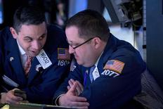 Трейдеры на фондовой бирже в Нью-Йорке. 2 марта 2015 года. Американский фондовый индекс Nasdaq в понедельник завершил торги выше 5.000 пунктов впервые с 2000 года, а S&P 500 и Dow обновили рекорды. REUTERS/Brendan McDermid