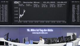 Трейдер на фондовой бирже во Франкфурте-на-Майне. 3 марта 2015 года. Европейские фондовые рынки близки к многолетним максимумам благодаря неожиданно высоким розничным продажам в Германии и слухам о слиянии в банковском секторе Португалии. REUTERS/Stringer