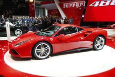 Fiat Chrysler pourrait créer une holding basée aux Pays-Bas pour lui confier le contrôle de Ferrari, qu'il compte scinder du reste du groupe cette année, a déclaré mardi l'administrateur délégué du constructeur italien Sergio Marchionne, lors du salon automobile de Genève. /Photo prise le 3 mars 2015/REUTERS/Arnd Wiegmann