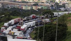 Imagen de archivo de una protesta de camioneros en la autopista BR 381 en Betim, Brasil, feb 25 2015. Algunos conductores de camiones en Brasil seguían bloqueando carreteras el martes, demorando las entregas de granos a puertos del sur del país, incluso cuando la adhesión a la huelga disminuyó y algunas carreteras clave en el principal estado productor de soja Mato Grosso abrieron.  REUTERS/Washington Alves