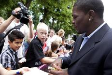 Jermain Taylor (R) of the U.S. signs autographs after he was presented at a news conference in Copenhagen July 14, 2009. REUTERS/Claus Bech/Scanpix Denmark