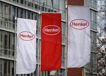 Флаги с логотипом Henkel в Дюссельдорфе. 8 марта 2012 года. Немецкая компания Henkel обнародовала в среду осторожный прогноз на 2015 год, ожидая стагнации в Восточной Европе и сохранения факторов давления на российскую экономику и валюту в ближайшие месяцы. REUTERS/Ina Fassbender
