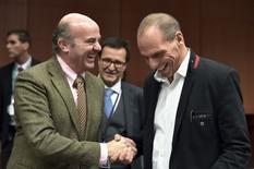 En la imagen se ve a De Guindos y al ministro de Finanzas griego, Yanis Varoufakis, durante una reunión extraordinaria del eurogrupo en Bruselas el 20 de febrero de 2015. El ministro español de Economía volvió el miércoles a plantear la posibilidad de que Grecia se vea abocada a un tercer rescate de sus socios europeos luego de que Bruselas desmintió esta semana unas declaraciones del mismo funcionario, Luis de Guindos, que afirmaba que ya se está negociando este escenario. REUTERS/Eric Vidal