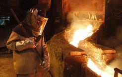 En la imagen, un trabajador supervisa un proceso al interior de la planta de la refinería de cobre de Codelco Ventanas, en Ventanas, al norte de Santiago. 7 de enero, 2015. La actividad económica en Chile creció un 2,7 por ciento interanual en enero, una cifra en línea con lo previsto, impulsada por el sector minero y contrarrestada por un menor dinamismo de la demanda interna que pone en duda la fuerza de la reactivación. REUTERS/Rodrigo Garrido