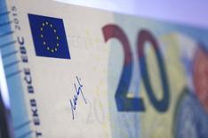 Подпись президента ЕЦБ Марио Драги на увеличенной копии банкноты 20 евро в штаб-квартире ЕЦБ во Франкфурте-на-Майне. 24 февраля 2015 года. Европейский центробанк начнет скупку гособлигаций 9 марта, надеясь ускорить рост экономики и потребительских цен в зоне евро. REUTERS/Ralph Orlowski