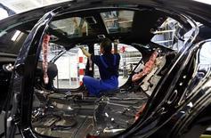 Un trabajador en la planta de Mercedes-Benz en Sindelfingen, Alemania, ene 28 2015. El Banco Central Europeo elevó el jueves sus estimaciones sobre el crecimiento de la economía de la zona euro pero redujo sus proyecciones de inflación a cero para el 2015, debido al impacto de la fuerte caída de los precios del petróleo y la debilidad del euro. REUTERS/Michael Dalder