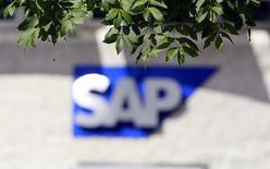 Логотип SAP. Дублин, 5 сентября 2013 года. Поставщик корпоративного программного обеспечения SAP SE сократит 2.250 рабочих мест, или около 3 процентов от общей численности персонала, но наберет такое же количество сотрудников в расширяющие штат подразделения. REUTERS/Cathal McNaughton