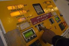 A man inserts a fuel smart card to start a pump at a petrol station in northwestern Tehran December 19, 2010.   REUTERS/Morteza Nikoubazl