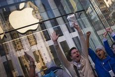 Personas celebrando el primer día de ventas del teléfono iPhone6 de Apple en una tienda de la firma en Manhattan, sep 19 2014. Apple Inc, la mayor compañía de Estados Unidos por valor de mercado, se sumará al promedio industrial Dow Jones y reemplazará AT&T Inc, anunció el viernes el  referencial de la bolsa de Nueva York.  REUTERS/Adrees Latif