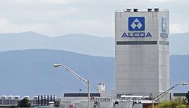 Le groupe de métaux Alcoa a annoncé lundi l'acquisition du producteur de pièces de titane RTI International Metals, basé à Chicago, dans le cadre d'un échange d'actions de 1,5 milliard de dollars (1,4 milliard d'euros). Avec cette acquisition, Alcoa confirme sa stratégie visant à investir dans des activités plus rentables de composants pour l'industrie automobile et l'aéronautique. /Photo prise le 8 avril 2014/REUTERS/Wade Payne