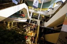 Un centro comercial en Santiago, nov 6 2014. La percepción sobre la economía chilena subió en febrero, tras la recaída experimentada en enero, aunque se mantiene en un nivel pesimista, reveló el lunes un sondeo privado. REUTERS/Ivan Alvarado