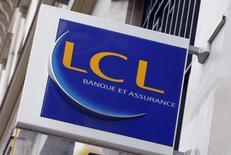 La banque LCL, filiale du Crédit agricole, va supprimer 1.658 postes dans son réseau d'agences et ses services de back-office, soit plus de 10% de ses effectifs, selon le quotidien Les Echos.  /Photo d'archives/REUTERS/Régis Duvignau