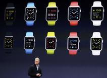 """Le directeur général d'Apple, Tim Cook à San Francisco. La marque à la pomme mettra en vente l'Apple Watch le 24 avril, avec un modèle très haut de gamme """"Edition"""" dont le prix de départ sera de 10.000 dollars.  /Photo prise le 9 mars 2015/REUTERS/Robert Galbraith"""