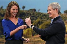 Model Christy Turlington Burns speaks to Apple CEO Tim Cook about the Apple Watch.  REUTERS/Robert Galbraith