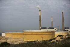 Нефтехранилища Eilat-Ashkelon Pipeline Co. (EAPC) на берегу Средиземного моря в Ашкелоне. 27 января 2015 года.  Цены на нефть растут за счет повышения инфляции потребительских цен в Китае - одном из крупнейших потребителей нефти. REUTERS/Amir Cohen