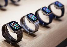 """Часы Apple на презентации в Сан-Франциско, Калифорния, 9 марта 2015 года. Американская компания Apple Inc провела в понедельник давно ожидавшуюся премьеру """"умных"""" часов, в том числе модели из розового золота и сапфиров стоимостью $17.000, но некоторые инвесторы сомневаются в оглушительном успехе первого гаджета эпохи руководства Тима Кука. REUTERS/Robert Galbraith"""