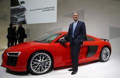 Le PDG d'Audi, Rupert Stadler, en marge de la présentation des résultats du constructeur automobile allemand. La division luxe du groupe Volkswagen vise des ventes record pour cette année encore mais sa rentabilité risque de baisser en raison de dépenses d'investissement. /Photo prise le 10 mars 2015/REUTERS/Michael Dalder