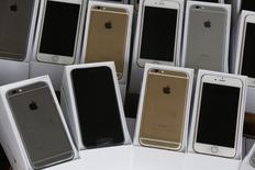 iPhones são exibidos durante conferência em Hong Kong.   21/07/2014   REUTERS/Bobby Yip