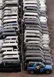 Imagen de archivo de una persona viendo vehículos usados en el puerto chileno de Iquique, oct 19 2006. Las ventas de vehículos en Chile cayeron un 29,7 por ciento interanual entre enero y febrero, una baja más profunda a la esperada este año, en medio de una débil actividad económica local y menores expectativas de los consumidores, dijo el martes un gremio del sector.    REUTERS/Ivan Alvarado